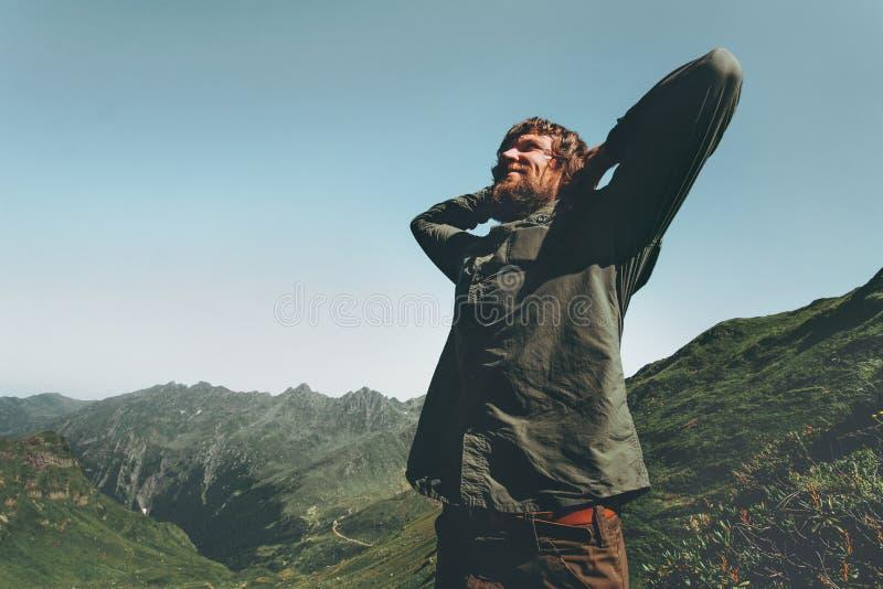 享受山景的远足者人 库存图片