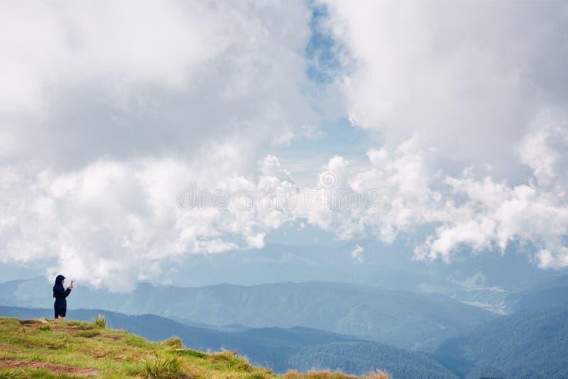 享受山的看法徒步旅行者环境美化 r 库存图片