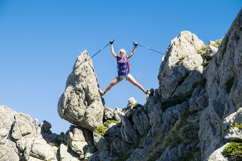 享受山远足的女孩 免版税图库摄影