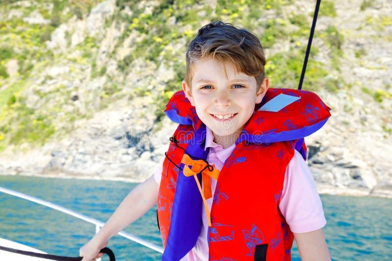 享受帆船旅行的愉快的白肤金发的孩子男孩 在海洋或海的家庭度假在好日子 健康美丽的学校 免版税库存图片