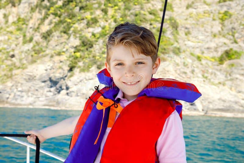 享受帆船旅行的愉快的白肤金发的孩子男孩 在海洋或海的家庭度假在好日子 健康美丽的学校 免版税图库摄影