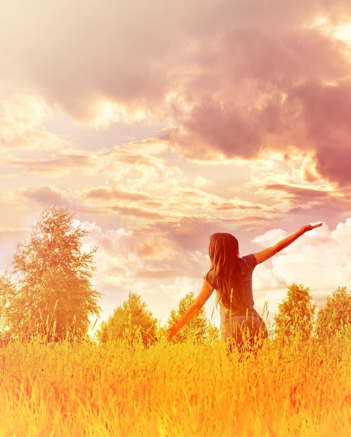 享受幸福、自由和自然的愉快的妇女 免版税库存照片