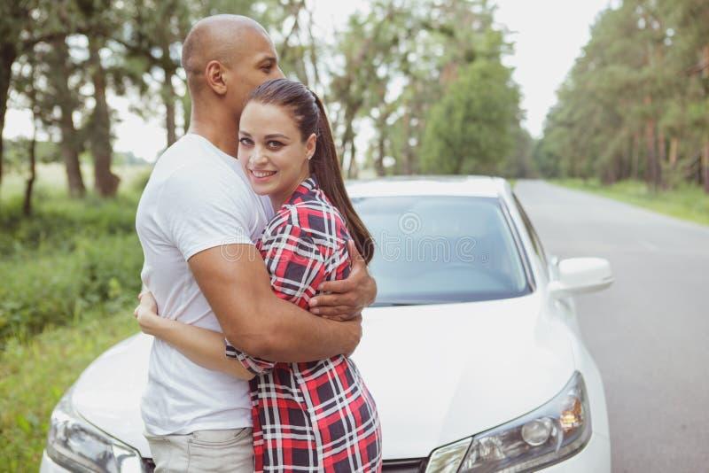 享受旅行乘汽车的美好的多种族夫妇 免版税库存照片