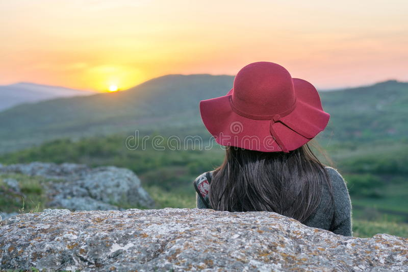 享受日落的女性远足者 免版税图库摄影