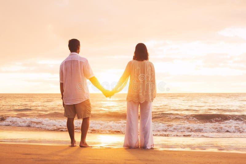 享受日落的成熟夫妇 免版税库存照片