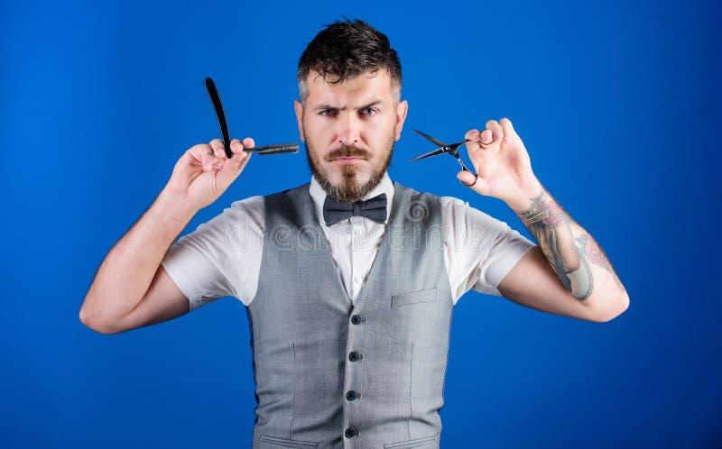 享受早晨惯例 与剪刀的理发店大师 蝶形领结的不剃须的理发师 完善的胡子 o 库存图片