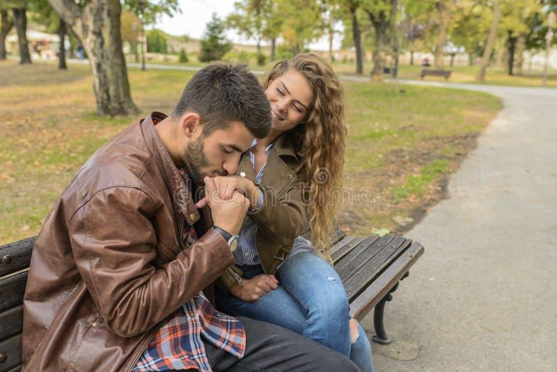 享受时间的年轻夫妇在公园 免版税图库摄影
