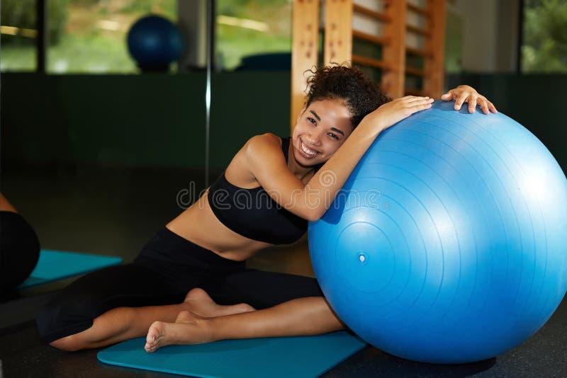 享受时间的美丽和健康妇女在健身房 免版税库存图片
