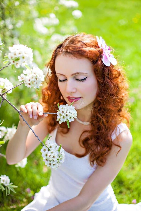 享受春天的美丽的红发妇女 图库摄影