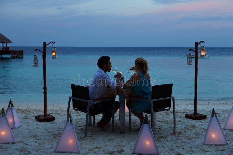 享受晚膳食的夫妇在室外餐馆 免版税库存照片
