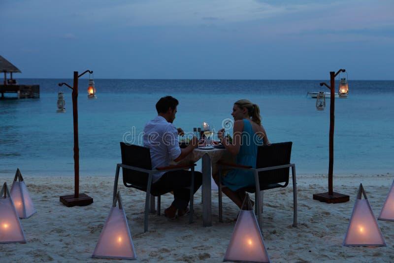 享受晚膳食的夫妇在室外餐馆 免版税图库摄影