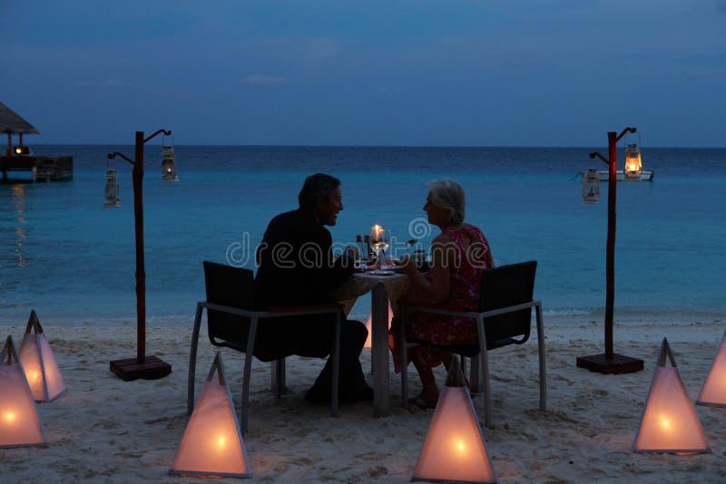 享受晚膳食的资深夫妇在室外餐馆 库存照片