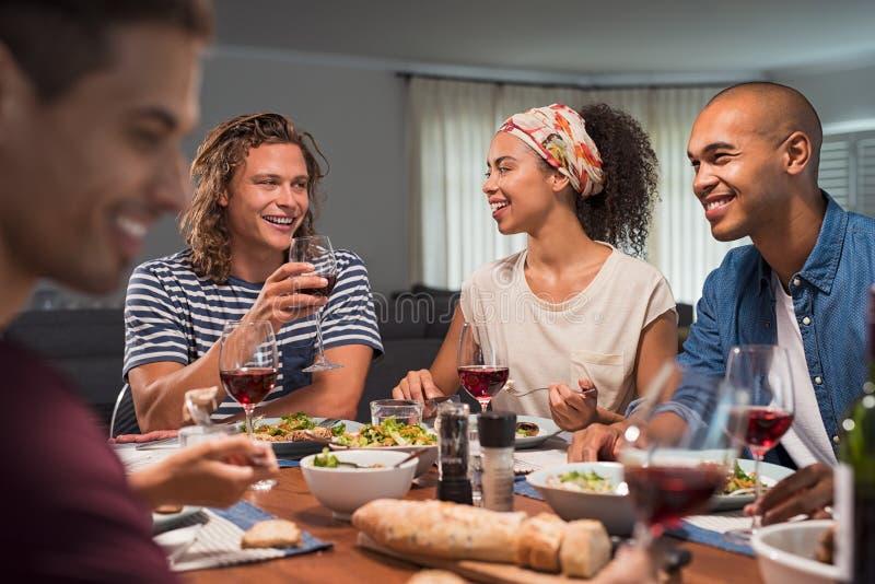 享受晚餐的小组朋友 免版税库存图片
