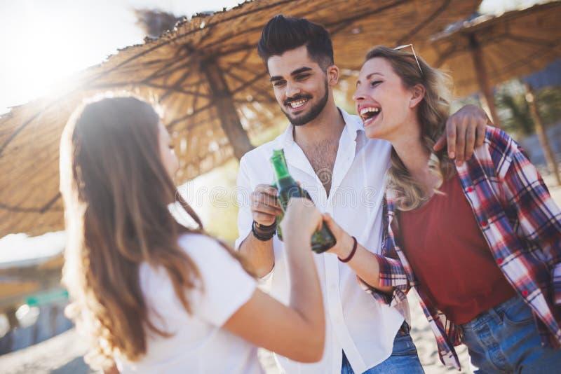 享受暑假的小组愉快的青年人 免版税库存照片