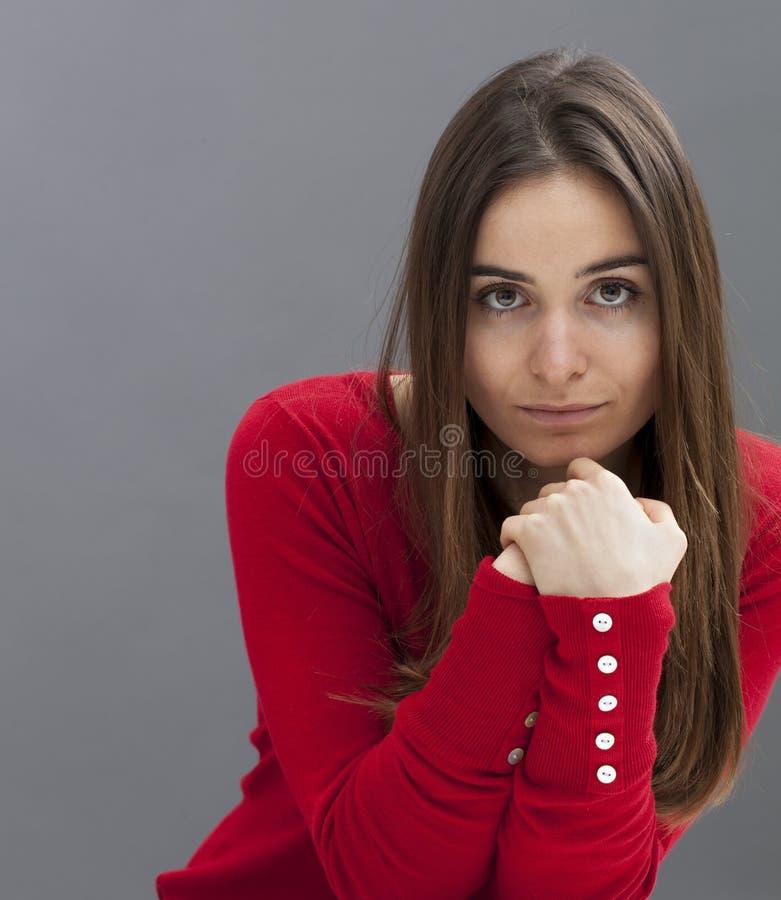 享受某一反射的害羞的20s妇女 免版税图库摄影