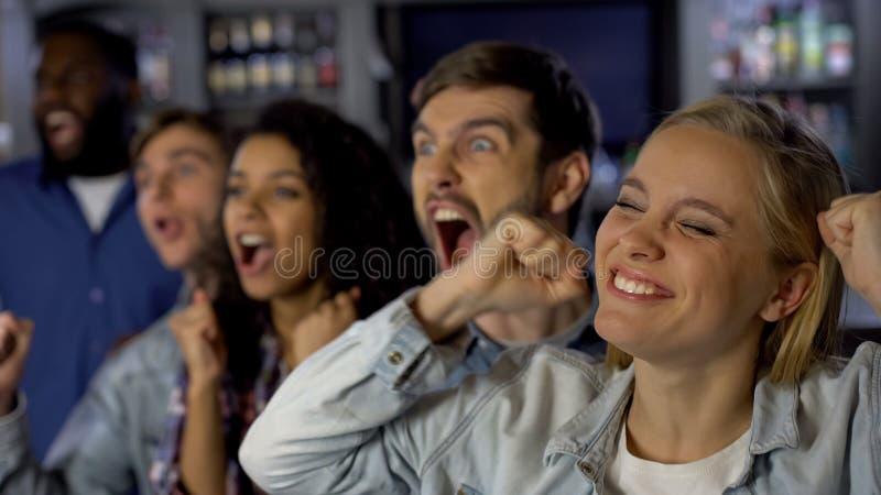 享受比赛的年轻热心爱好者,庆祝队胜利,成就 免版税库存照片