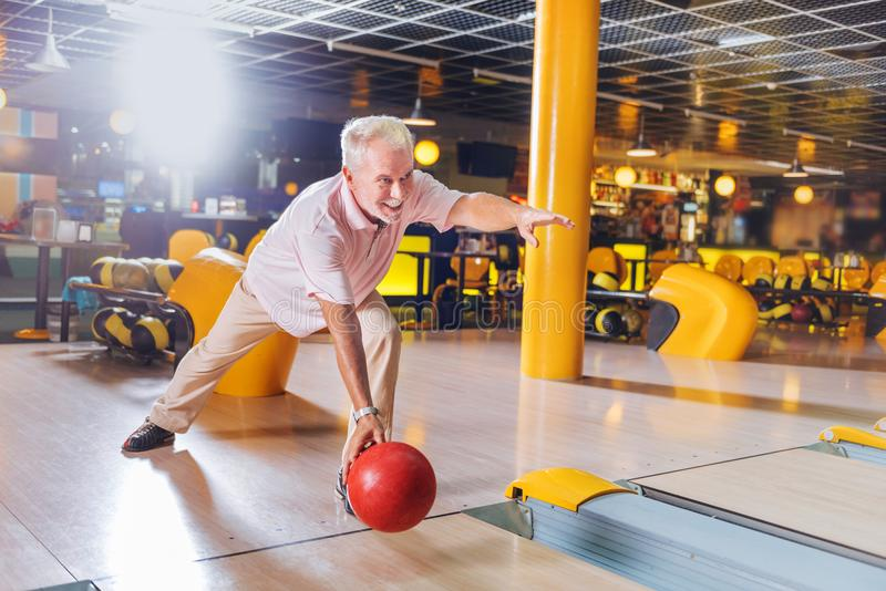 享受比赛的高兴快乐的年迈的人 免版税库存图片