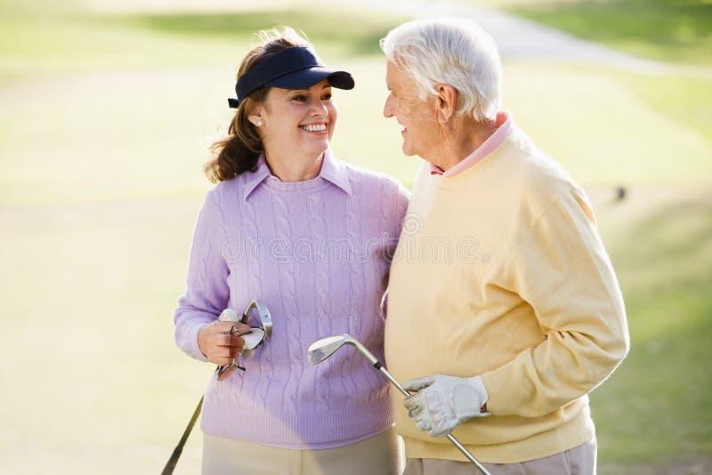 享受比赛高尔夫球的夫妇 库存图片