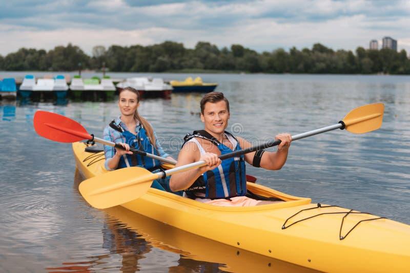 享受河种类体育的活跃夫妇一起划皮船 免版税库存图片