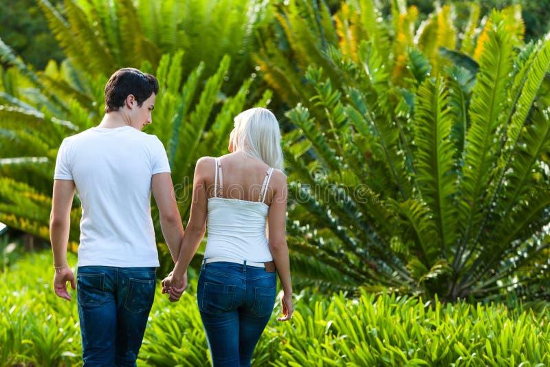 享受浪漫结构的夫妇在公园。 免版税库存图片