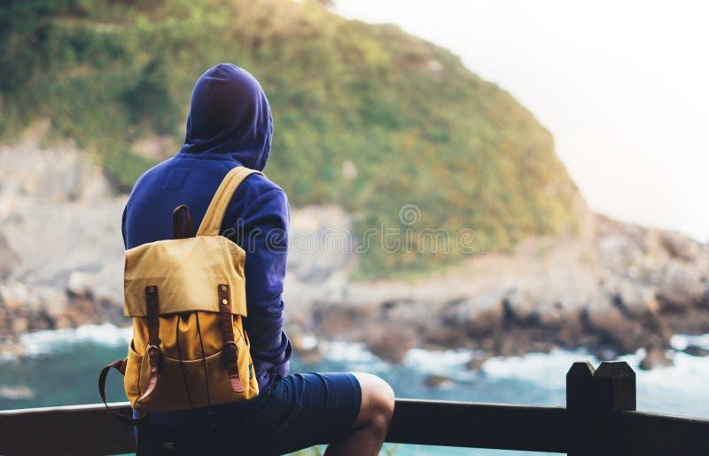 享受海洋天际,全景日出,旅客的人在旅行假期,行家远足者放松假日概念,阳光视图 库存照片