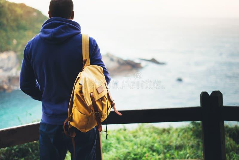 享受海洋天际,全景日出,旅客的人在旅行假期,行家远足者放松假日概念,阳光视图 库存图片