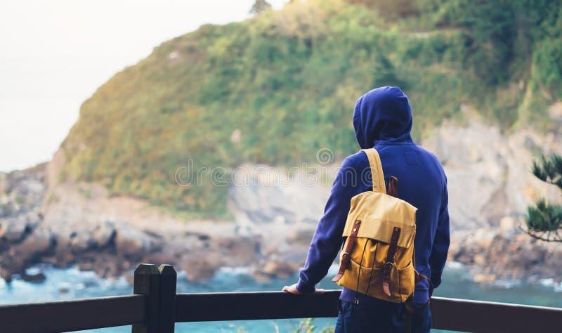 享受海洋天际,全景日出,旅客的人在旅行假期,行家远足者touri放松假日概念,阳光视图 免版税库存图片