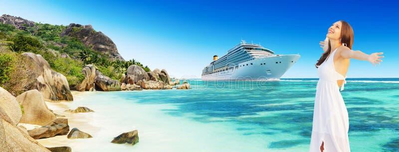 享受海滩和巡航假日的少妇 免版税库存图片