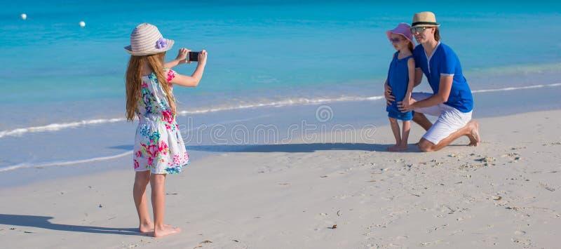 享受海滩假期的愉快的家庭 图库摄影