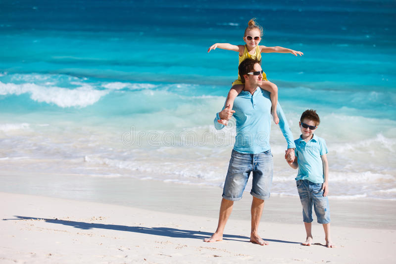 在海滩的父亲和孩子 免版税图库摄影