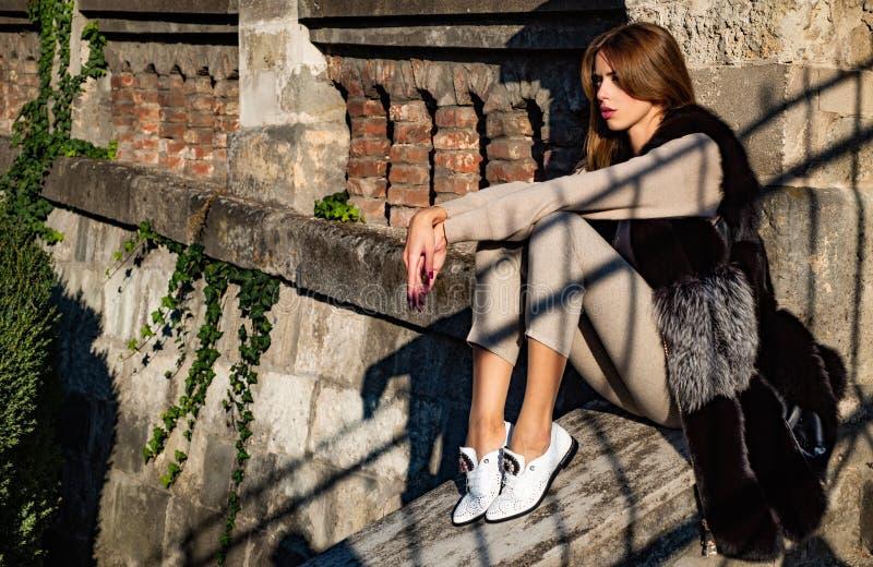 享受温暖 妇女享受好日子户外 秋天成套装备 现代时尚成套装备 r 毛茸的俏丽的妇女 库存图片