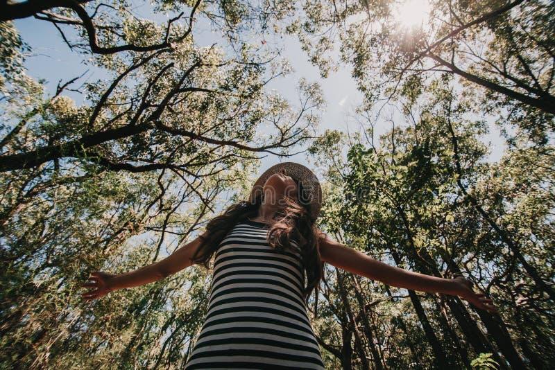 享受澳大利亚森林自由概念的妇女 库存照片