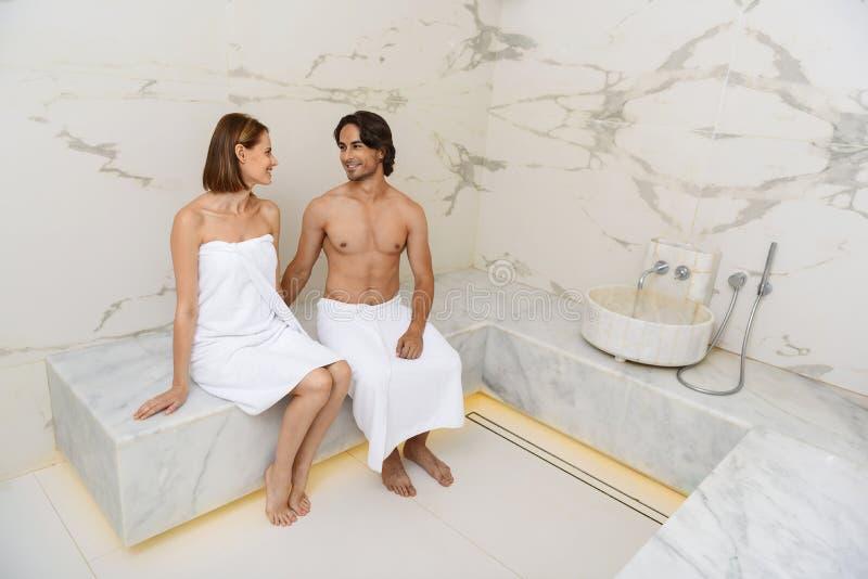 享受热的蒸汽浴的夫妇 库存照片