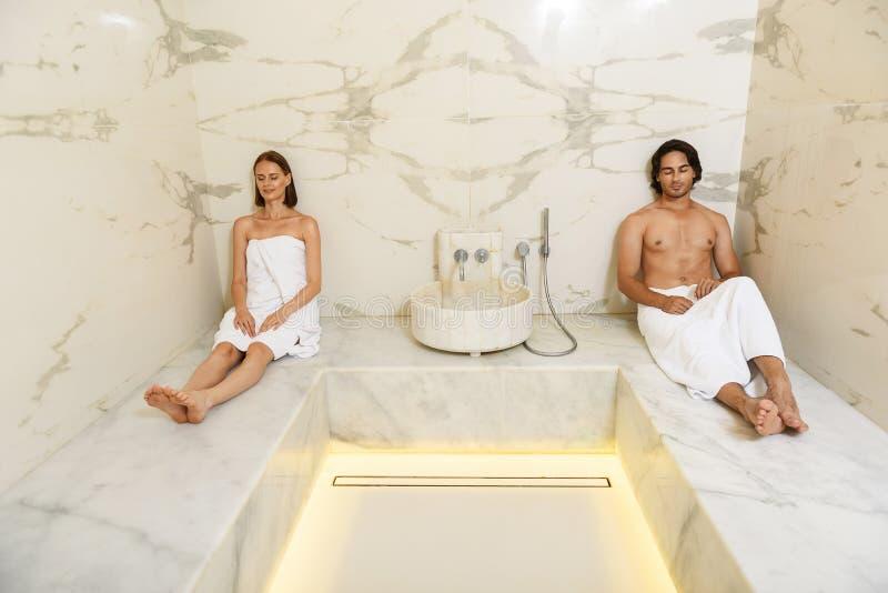 享受热的蒸汽浴的夫妇 库存图片