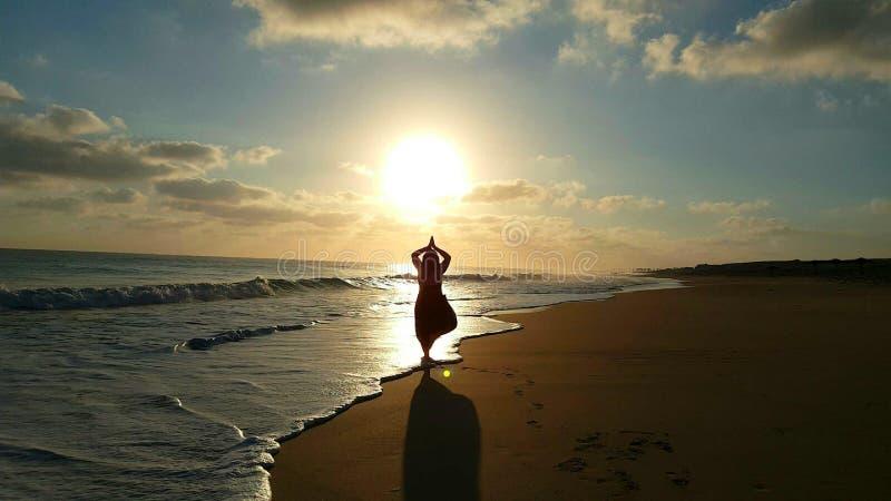 享受瑜伽早晨 免版税库存照片