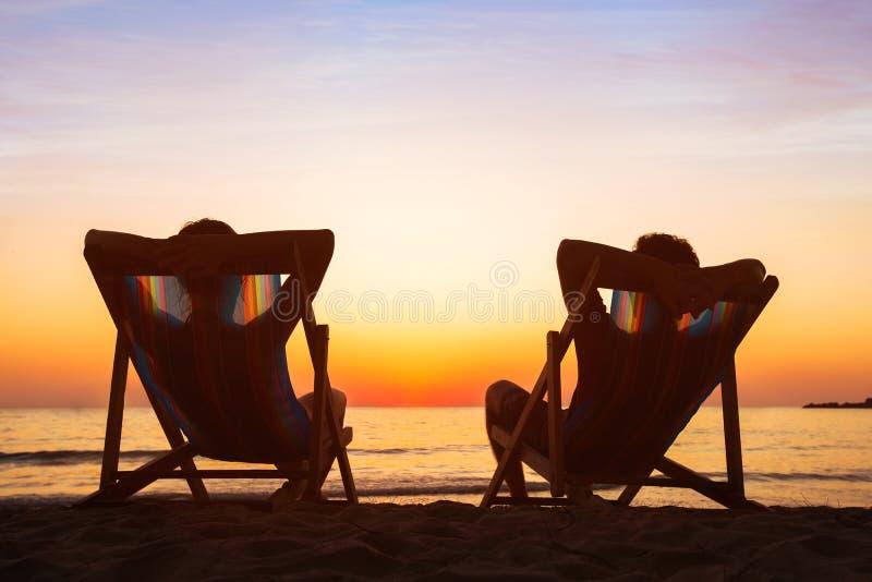 享受生活概念,放松在海滩旅馆里的夫妇 图库摄影