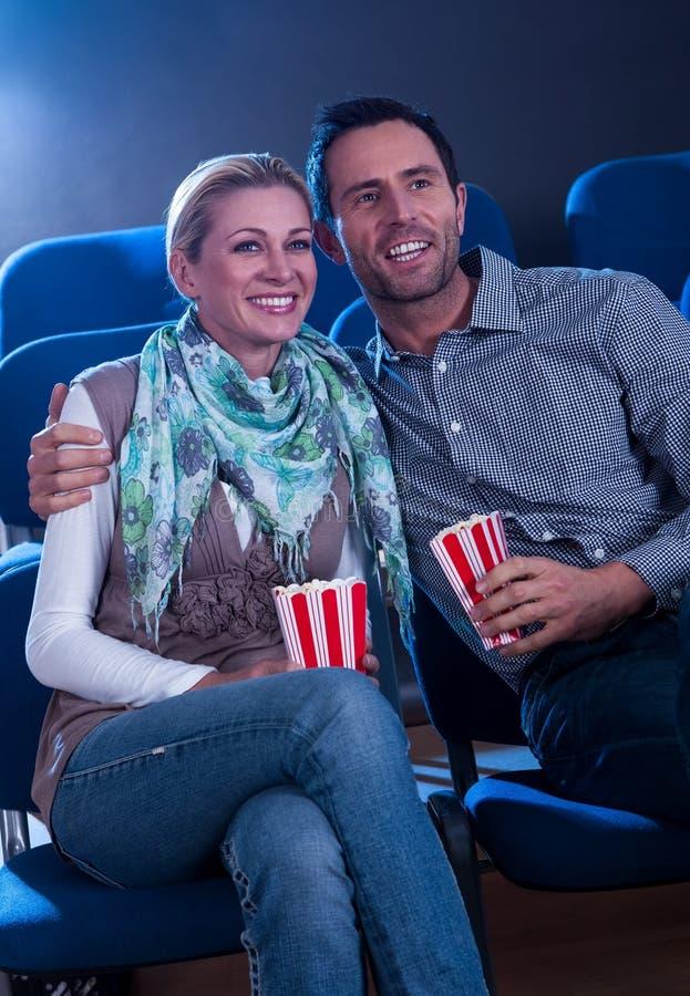 享受电影的时髦的夫妇 免版税库存照片