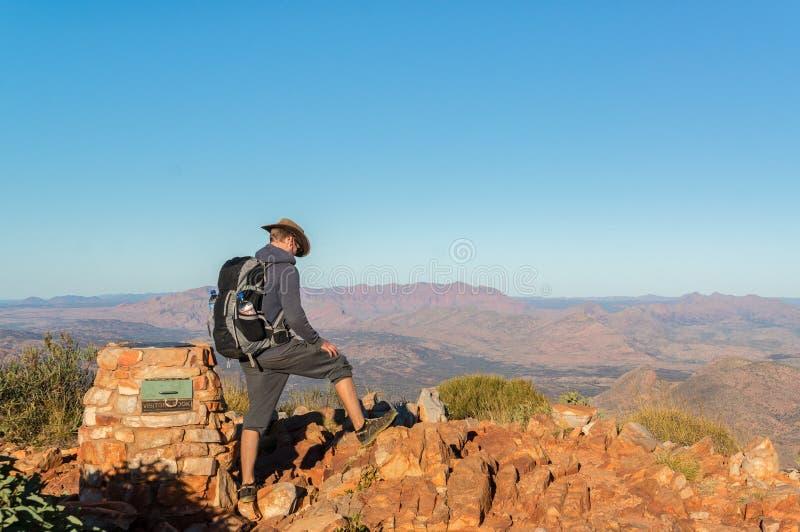 享受看法的人在远足以后在登上Sonder上面在阿丽斯斯普林斯,西部MacDonnel国立公园之外的  免版税库存图片