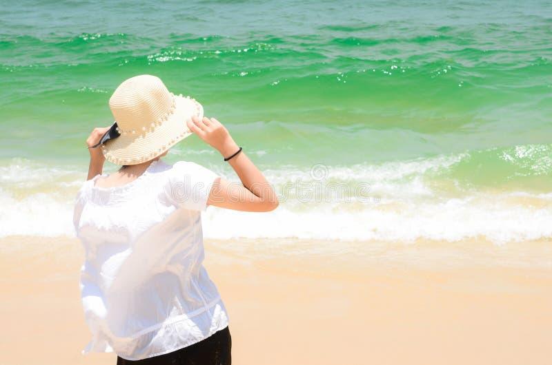 享受看法的妇女在海洋 免版税库存照片