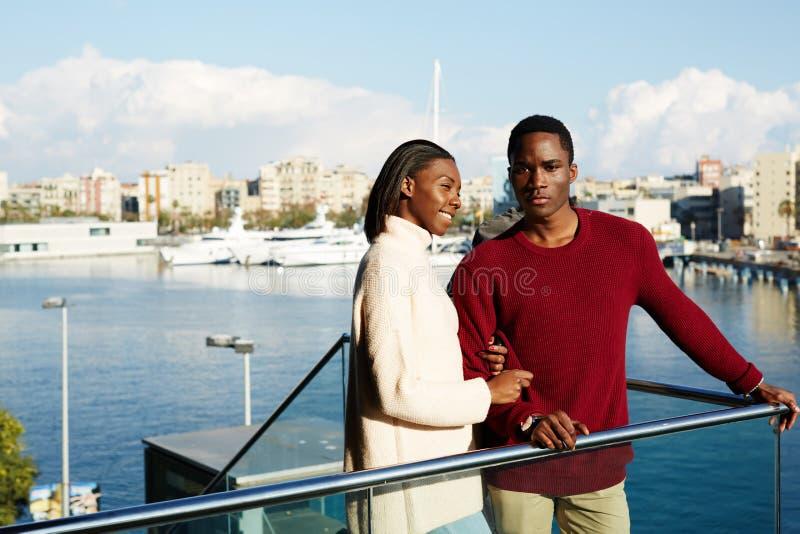享受看法的浪漫年轻夫妇画象在巴塞罗那 免版税库存图片