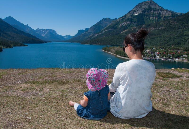 享受美丽的景色的母亲和婴孩 库存图片