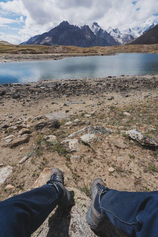 享受美好的山土地湖风景的一个人在印度北部 旅行生活方式和冒险旅途概念 图库摄影