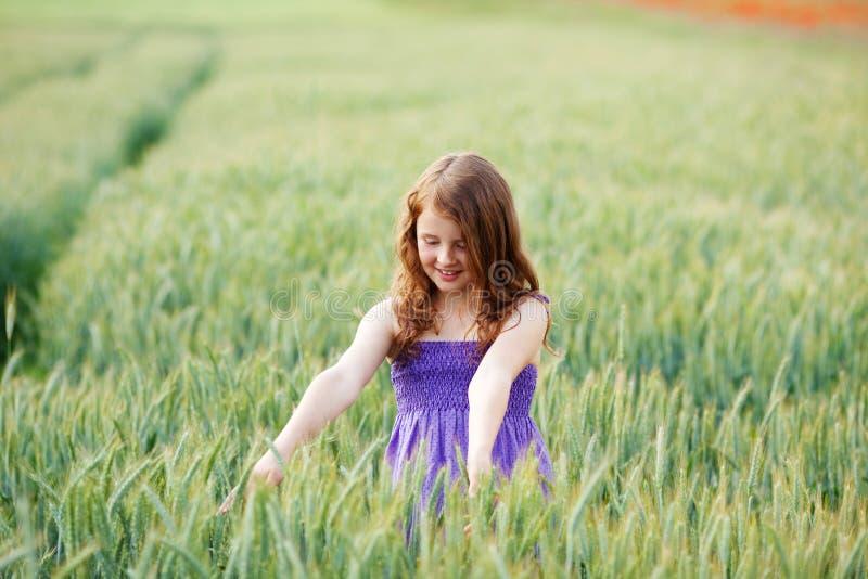 享受自然的女孩 免版税库存图片