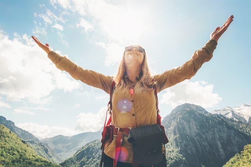 享受自然的妇女旅客举了手由天空决定 免版税库存照片