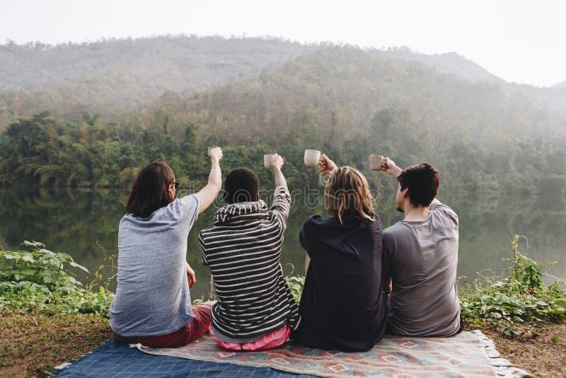 享受自然的小组不同的朋友 免版税库存图片
