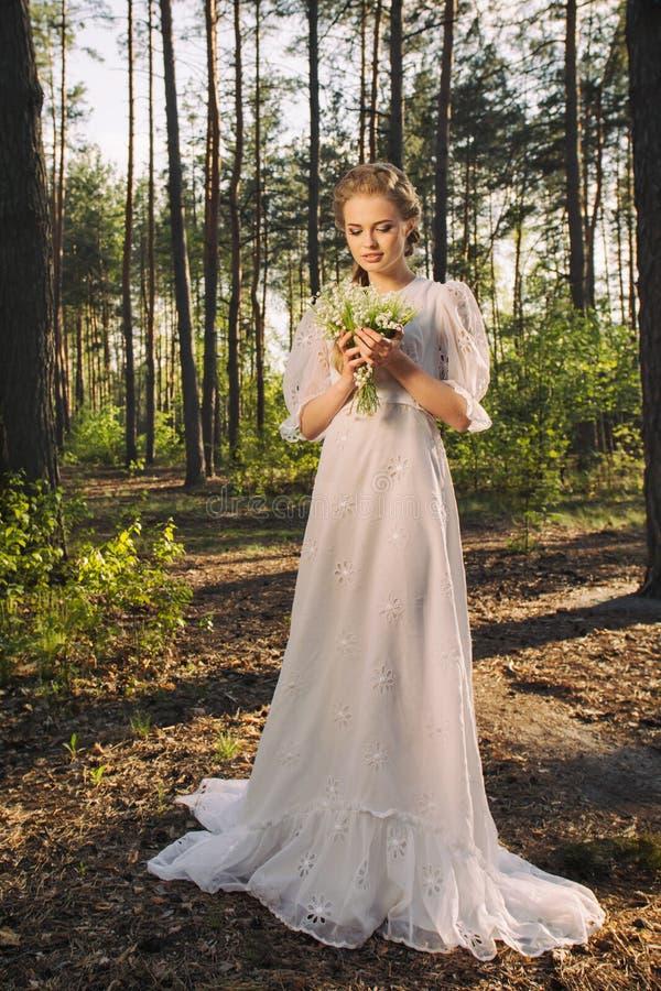 享受自然的美丽的幻想妇女 库存图片