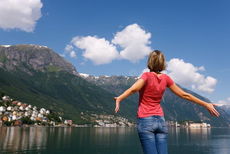 享受自然的自由的愉快的妇女 免版税库存照片