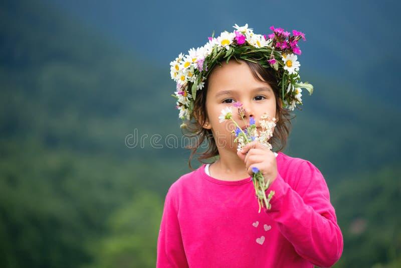 享受自然的逗人喜爱的小女孩 库存照片