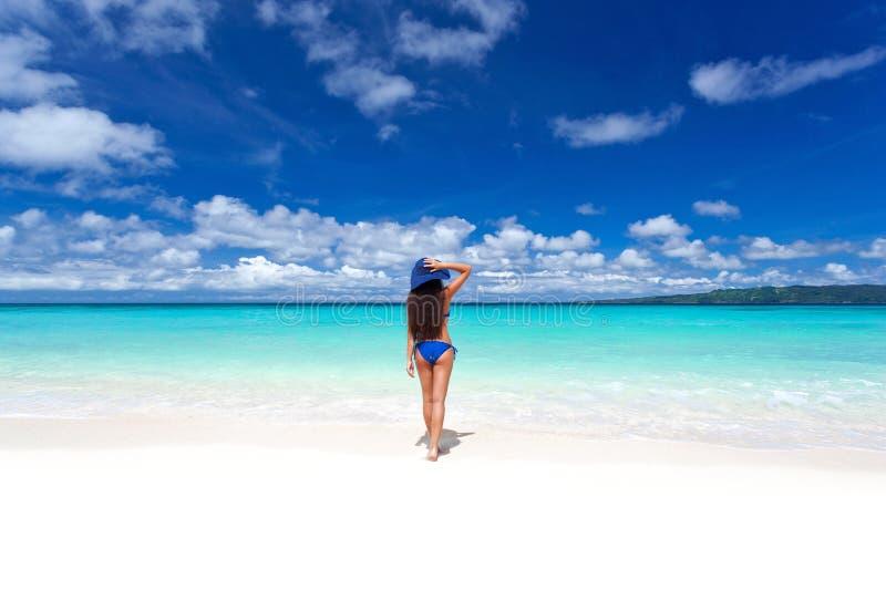 享受自由。海滩的美丽的妇女在夏天帽子 库存照片