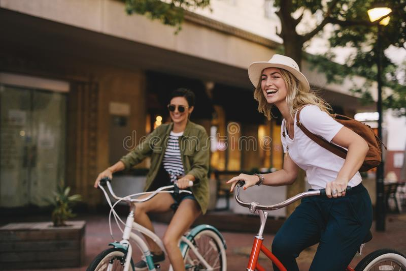 享受自行车乘驾的女性朋友 免版税库存照片